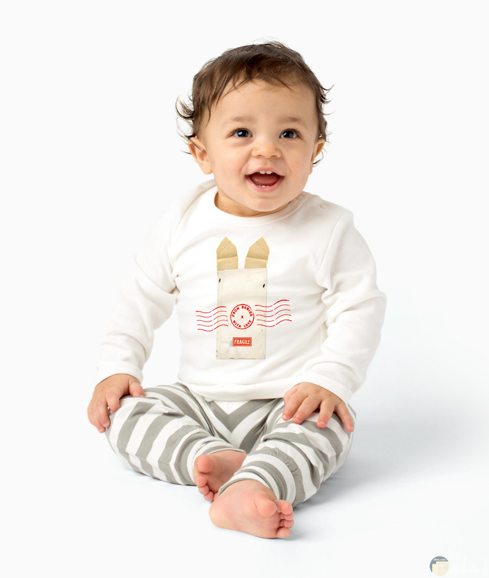 صورة لطفل صغير بلبس شتوي مميز وشكله جميل