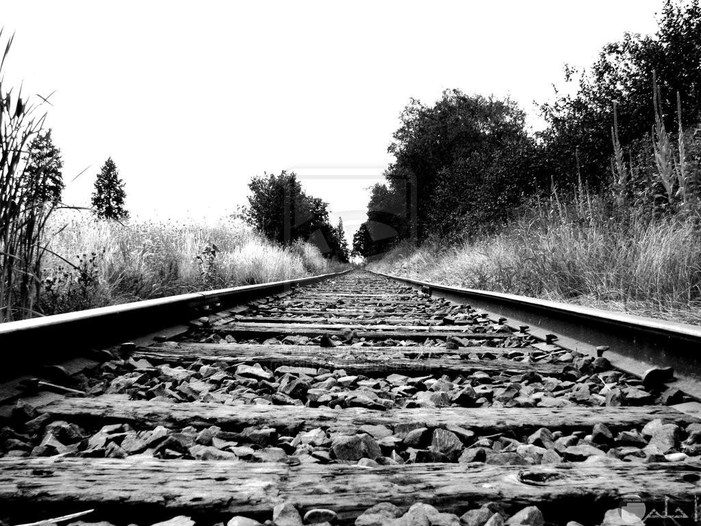 صورة حزينة لمنظر قضبان سكة حديد