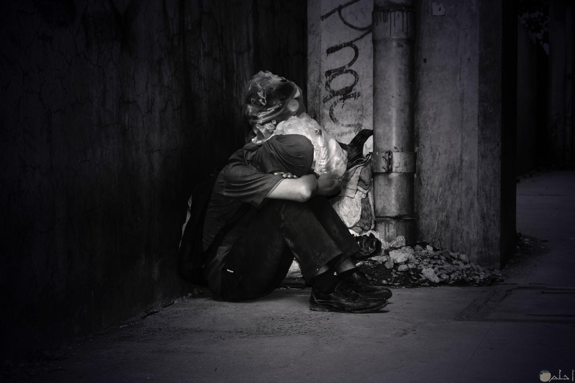 صورة حزينة أبيض وأسود لرجل حزين ومكتئب