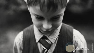 صورة حزينة بالأبيض والأسود لطفل صغير حزين
