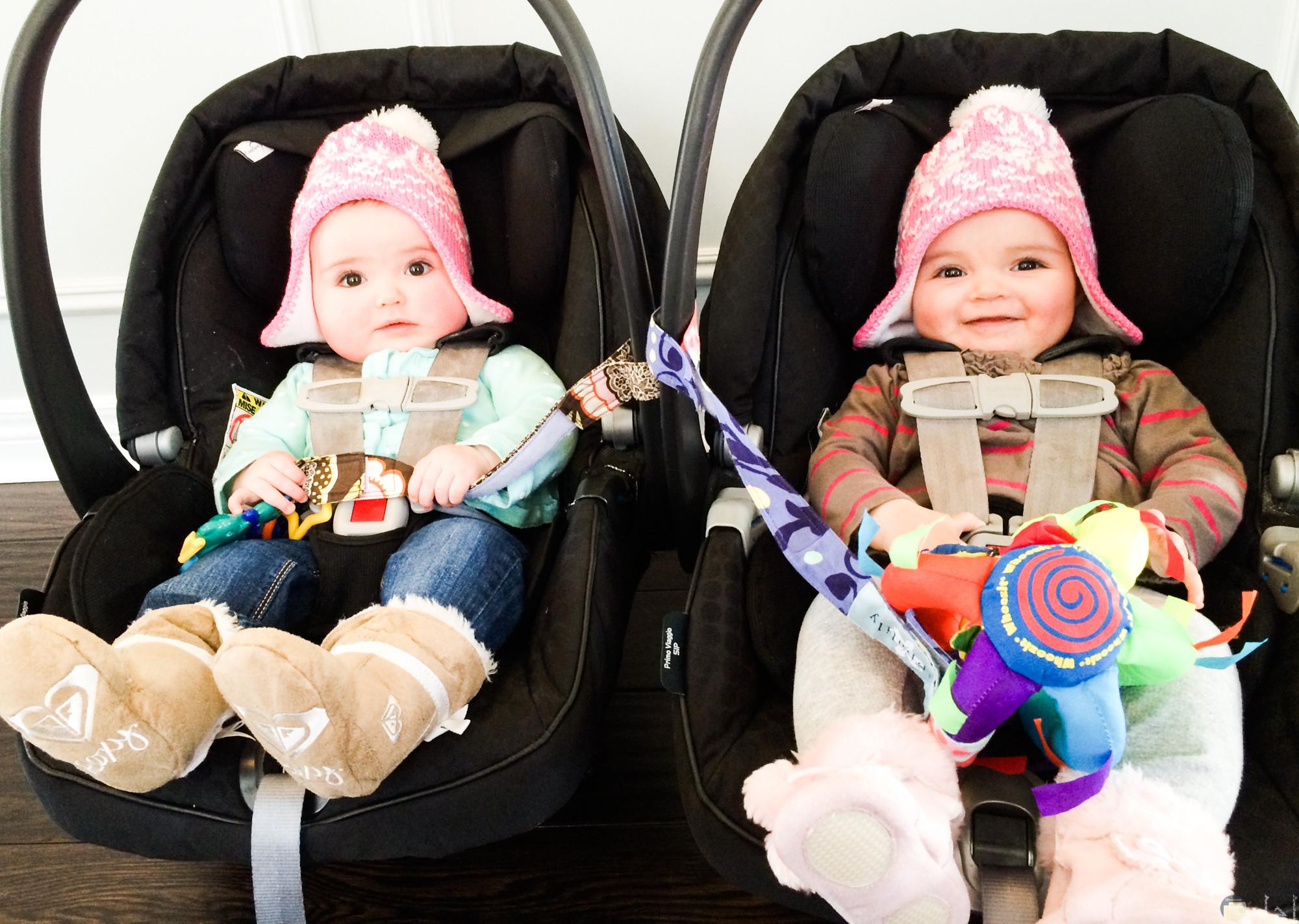 صور أطفال توائم صغار جميلة جدا وحلوه لطفلين توأم جالسين