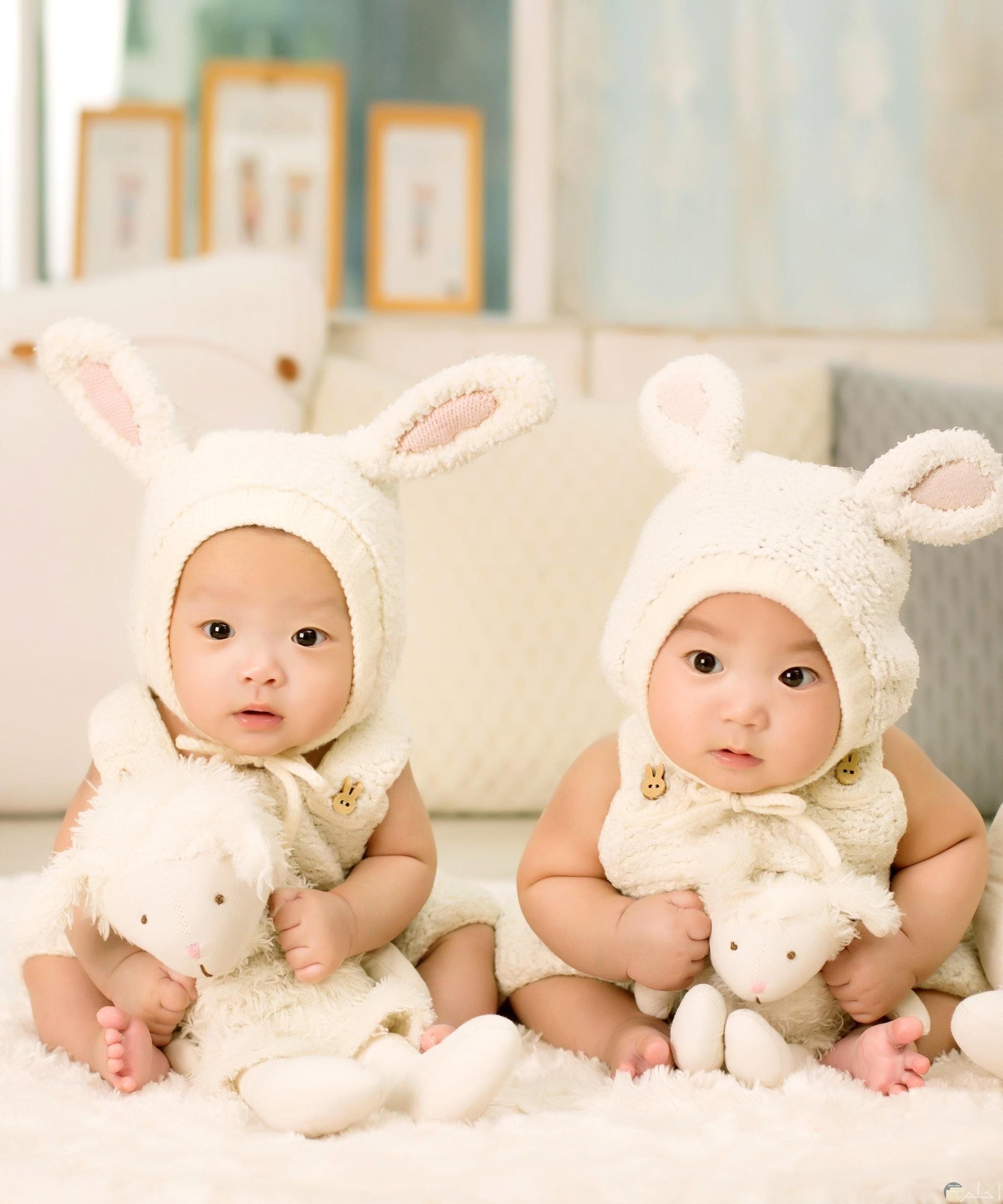 صور لأطفال صغار توائم كيوت يلبسون لبس أرنب جميل