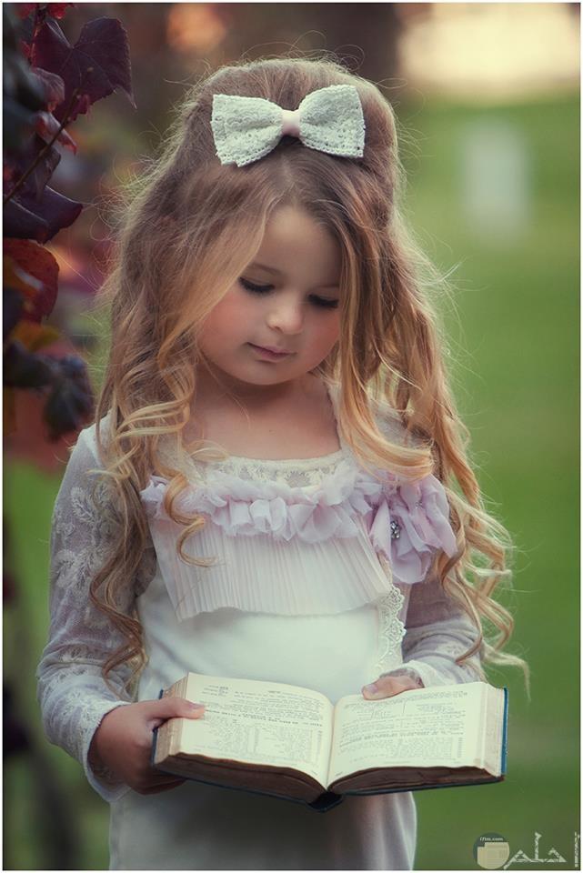 بنوتة جميلة تقرأ كتاب