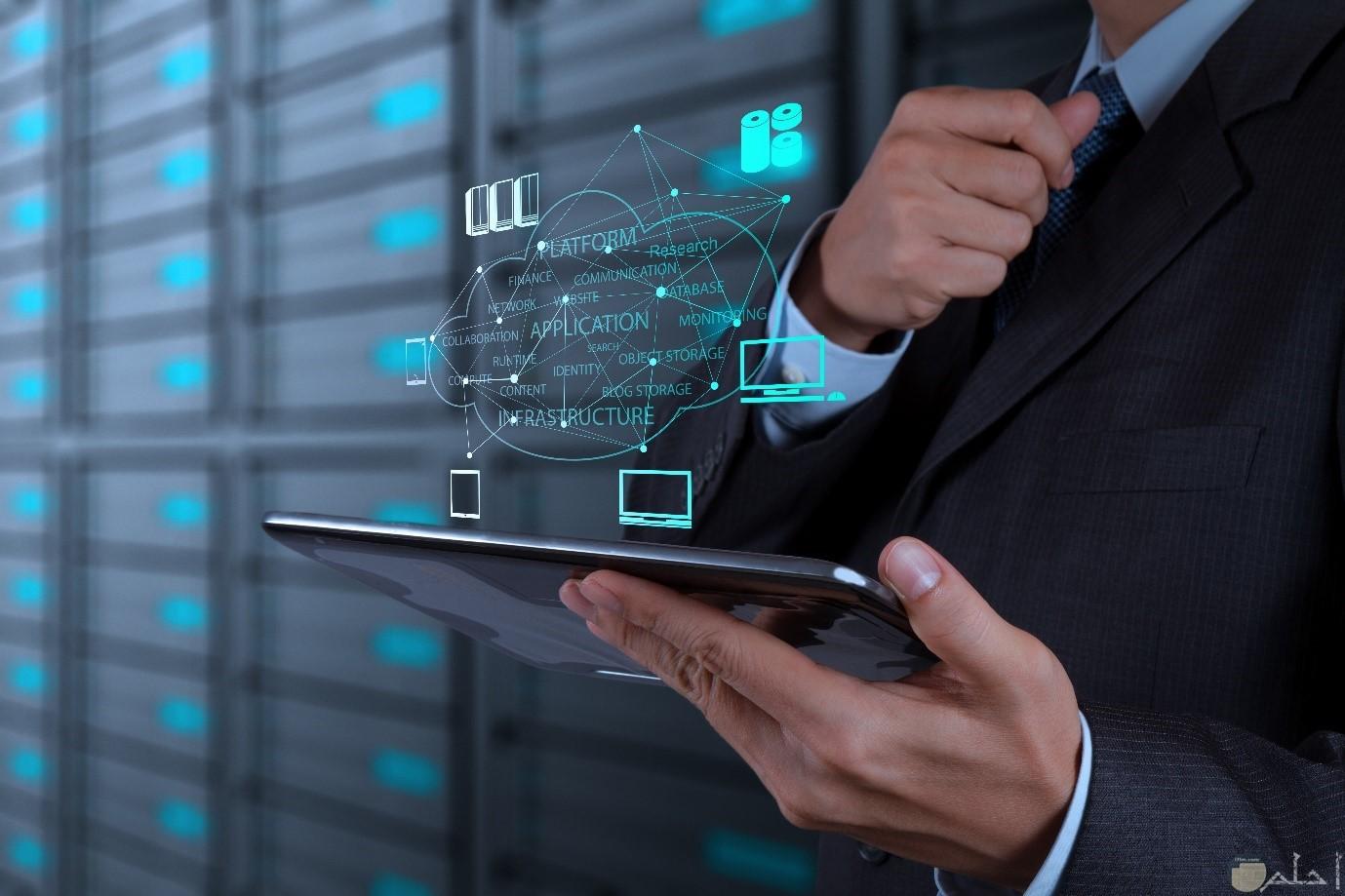 صورة تكنولوجيا لشخص يحمل جهاز تابلت متطور