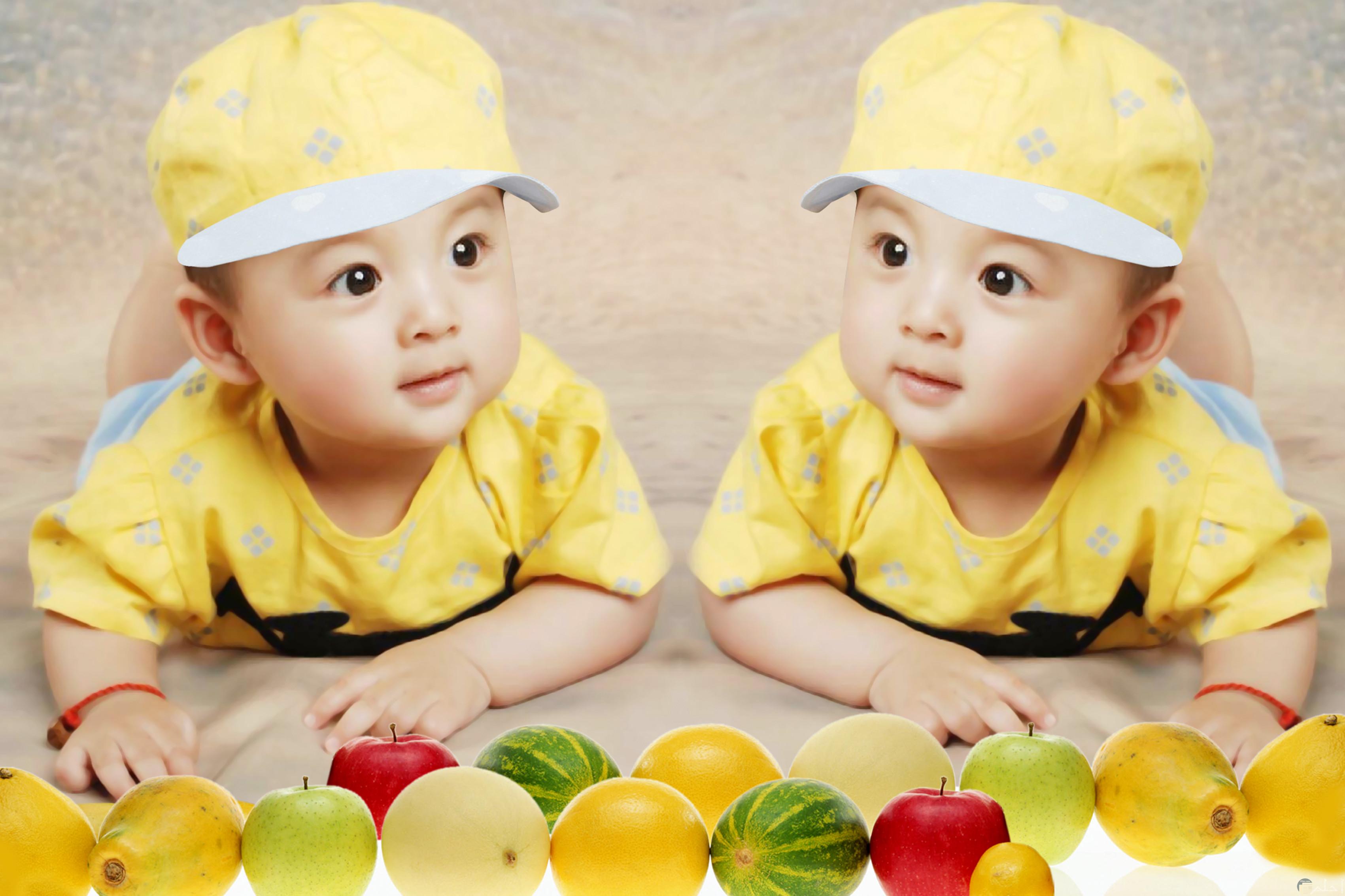 صور أطفال كيوت توائم صغيرين بنفس اللبس باللون الأصفر