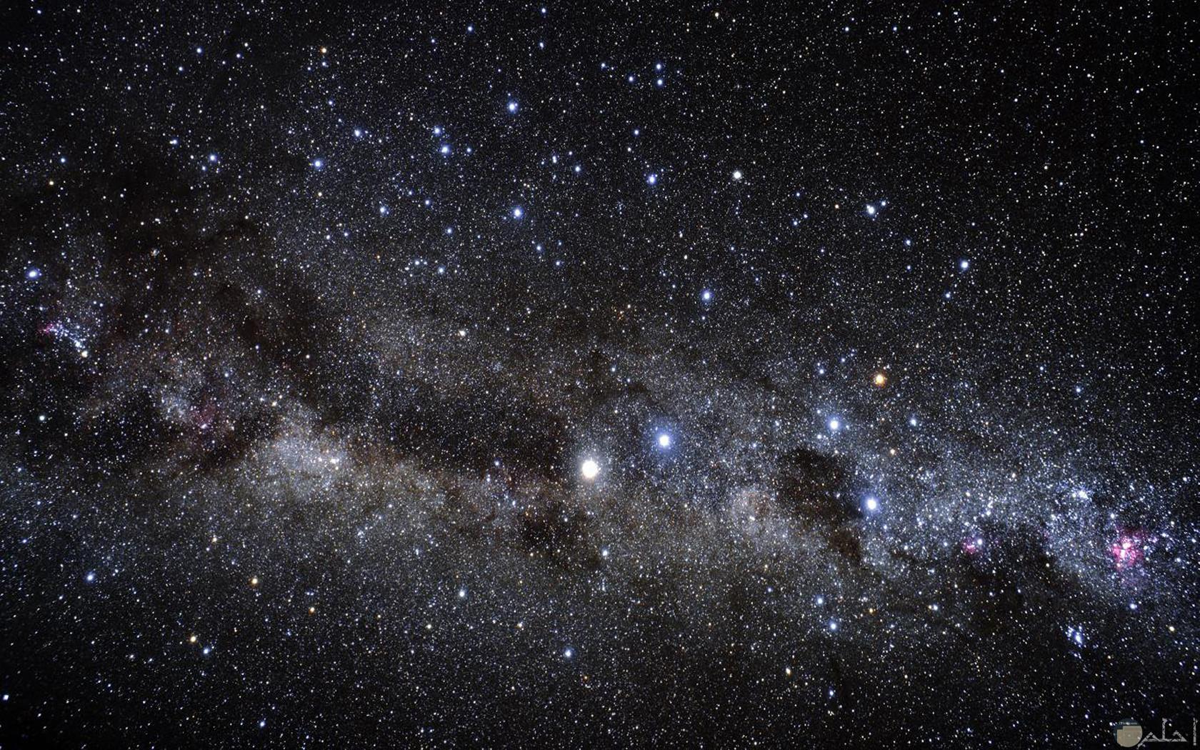 صورة هادئة للفضاء الخارجي حيث تزينه النجوم