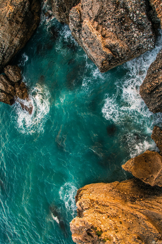 صورة تعبر عن روعة الطبيعة حيث الصخور المميزة وجمال البحر