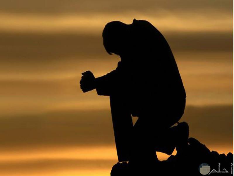 صور لرجل حزين يجلس لوحدة