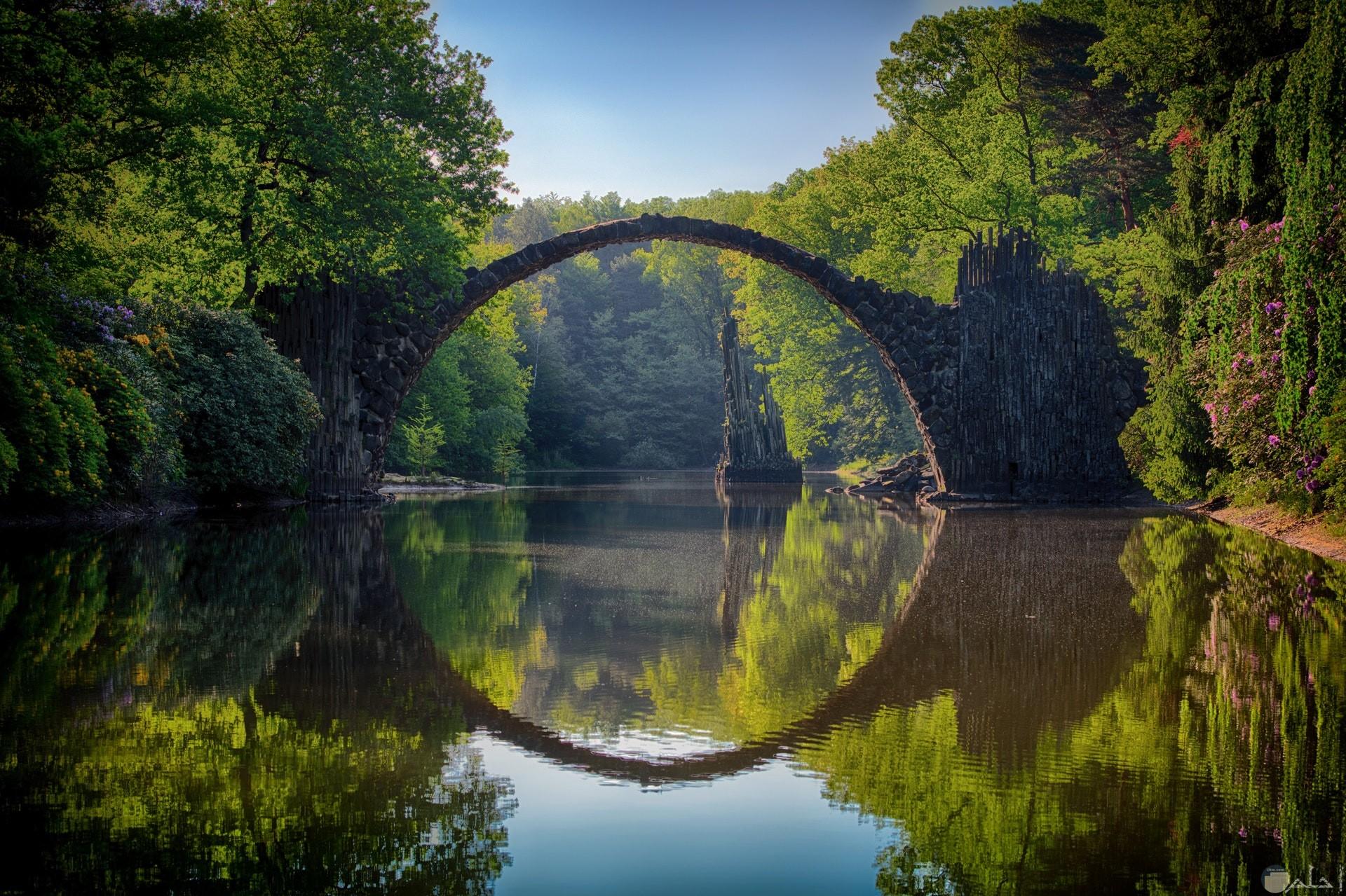 صورة مميزة وجميلة للطبيعة وجسر وإنعكاسه في الماء