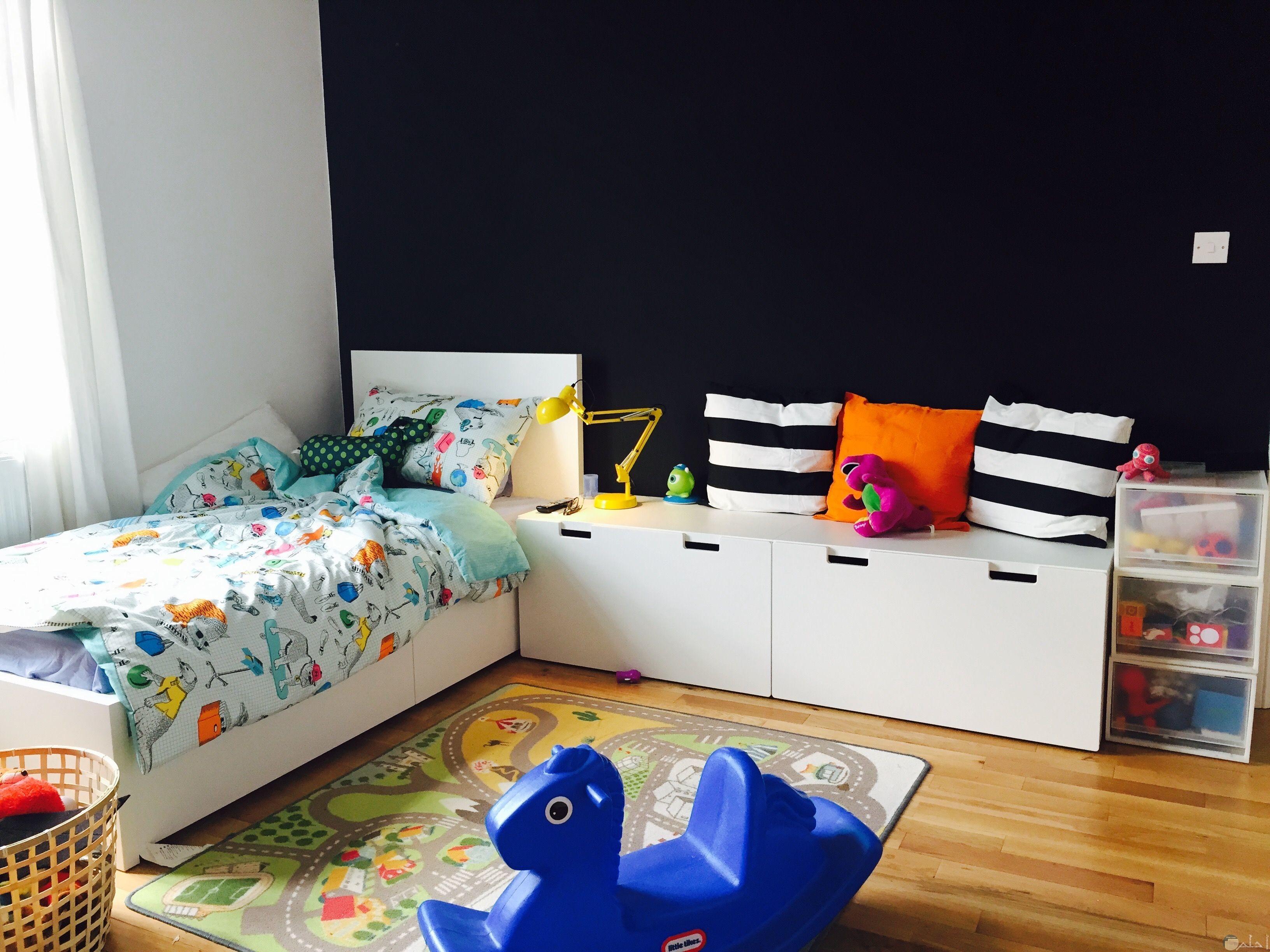 صورة لغرفة أطفال جميلة حيث سرير صغير ومساحة واسعة ليلعب الطفل