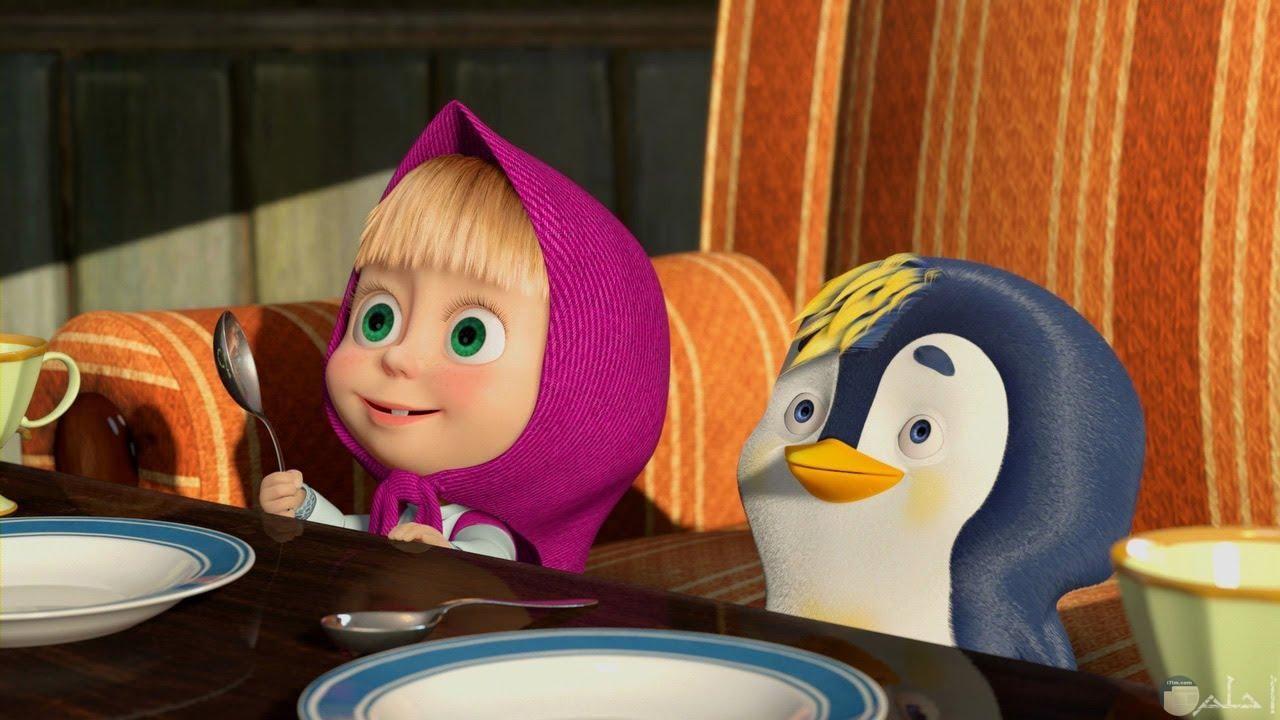 صورة جميلة لماشا ومعها بطريق صغير ينتظرون الطعام