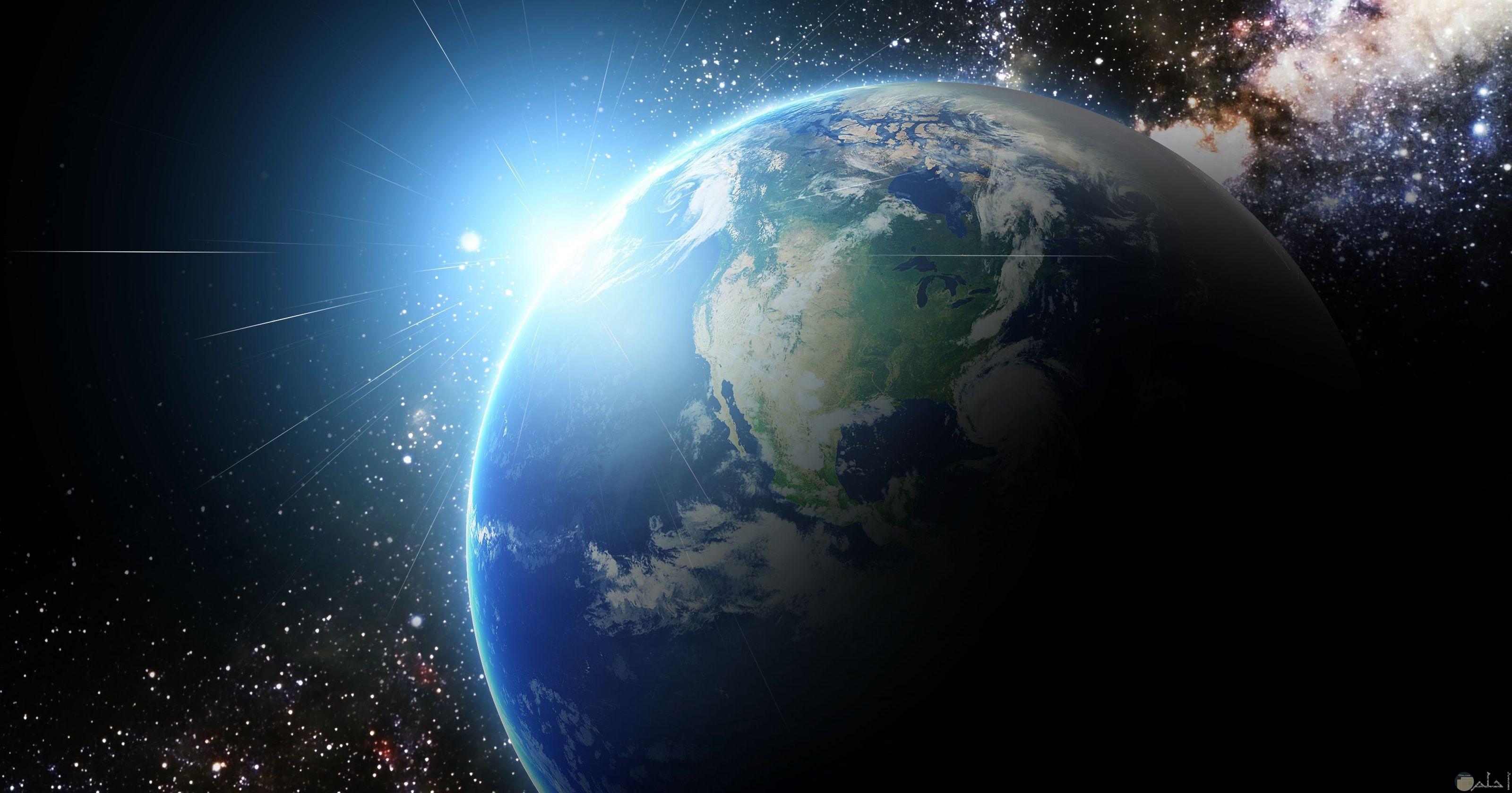 صورة لكوكب الارض من الفضاء الخارجي مع ظهور شعاع الشمس من الجانب