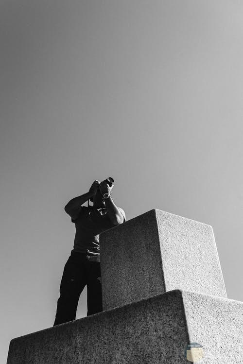 صورة لشخص يلتقط صورة من فوق مكان مرتفع