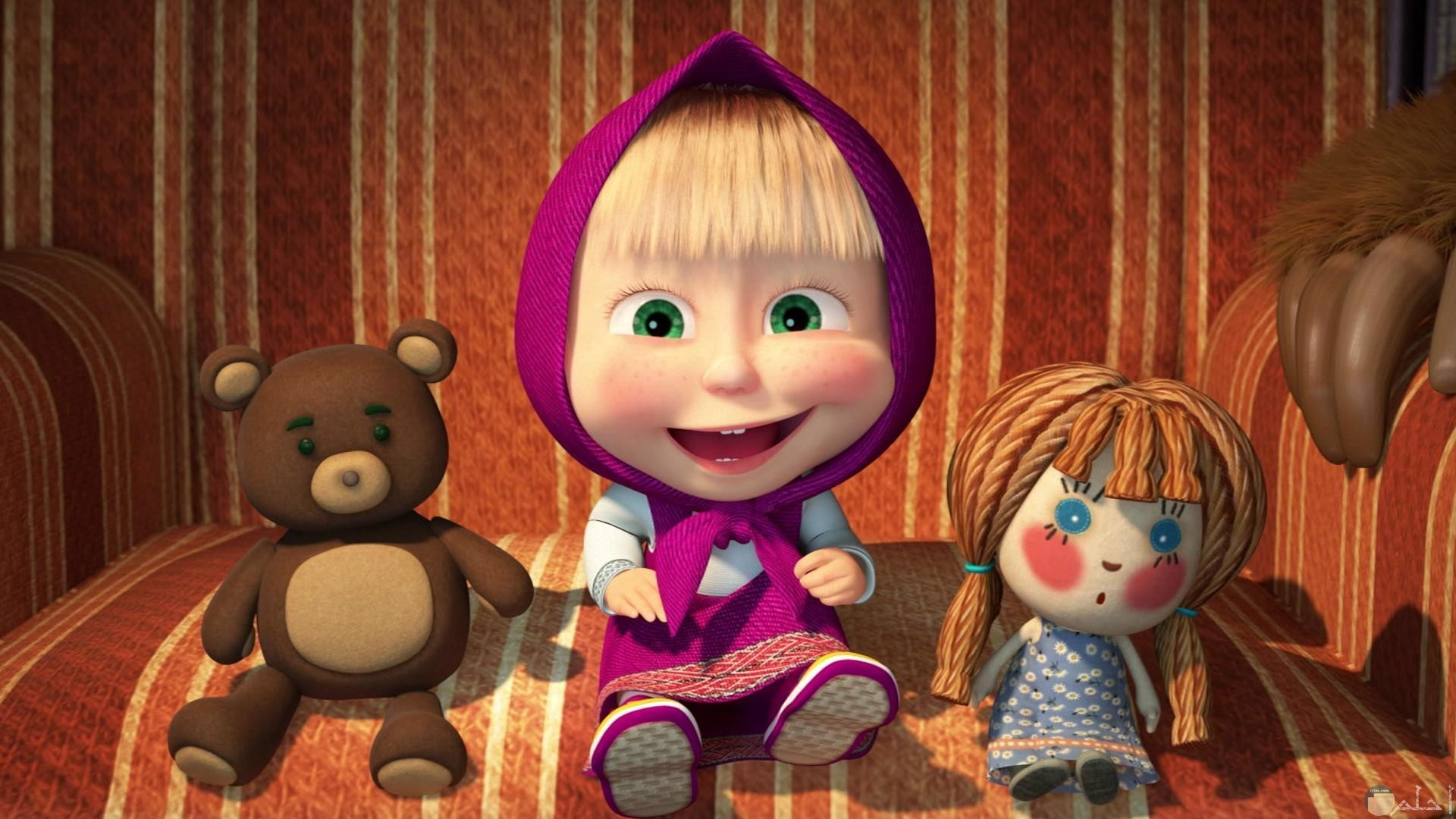 صورة مضحكة لماشا بضحكة جميلة بجانبها دمي صغيرة