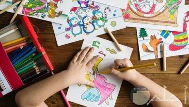 صورة مميزة لطفل يرسم ويلون رسومات جميلة