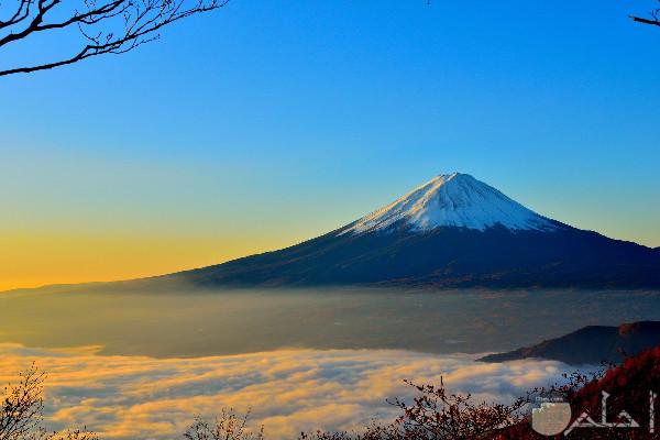 جبل وسماء صافية