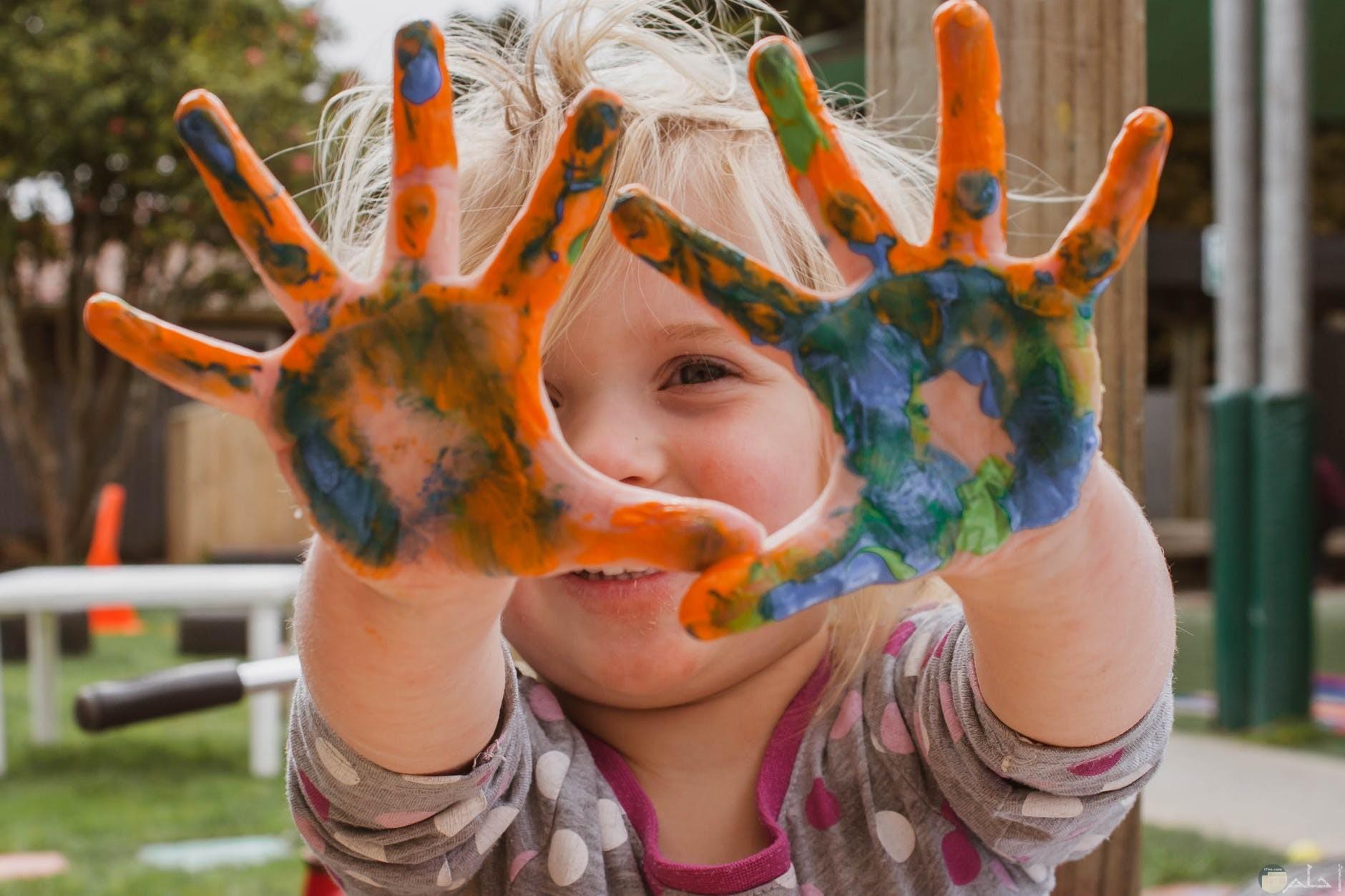 صورة طفلة تعلب بالالوان المبهجة