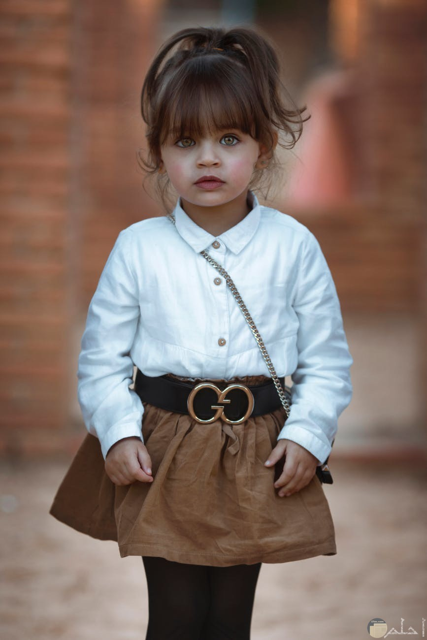 طقم بناتي جيبة بني وقميص ابيض غاية في الروعة