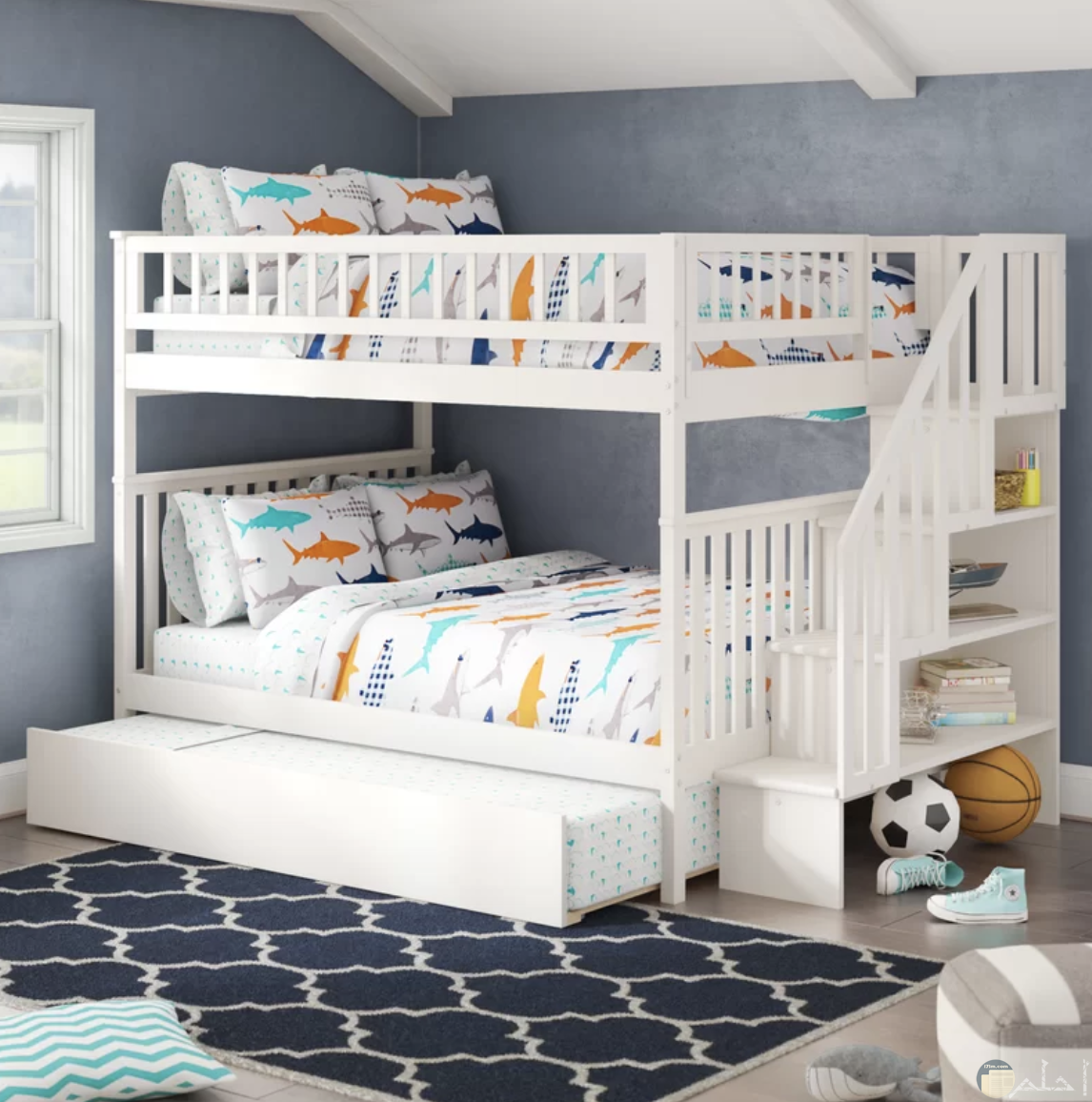 غرفة نوم جميلة للأطفال بسريرين ودرج صغير للصعود للسرير العلوي ولون حوائط جميل