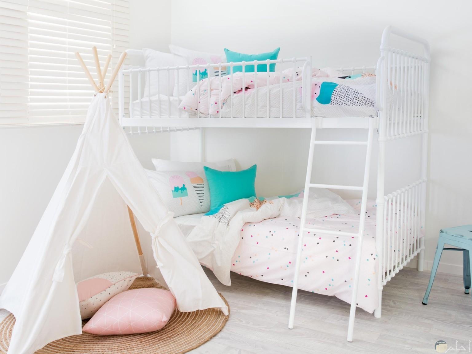 صورة غرفة نوم أطفال جميلة رائعة بسريرين ويغلب علي الغرفة اللون الأبيض