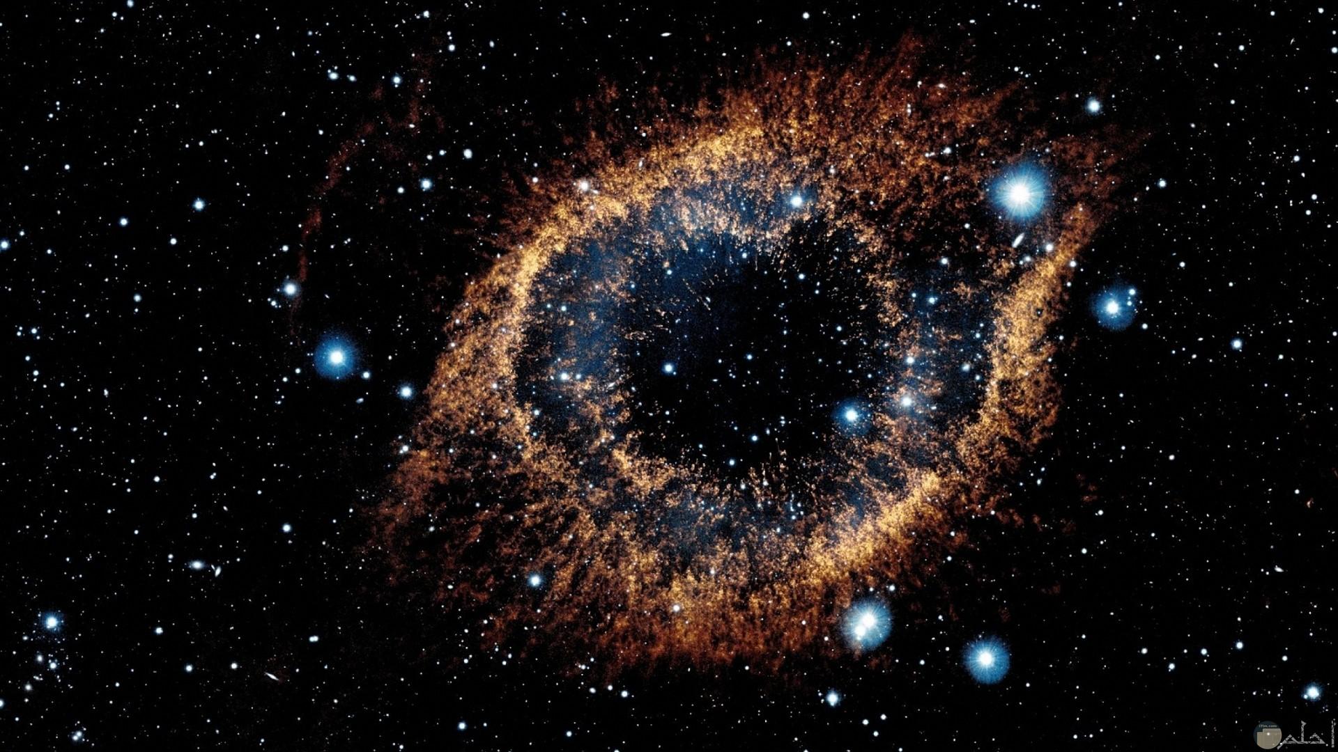 تفرق النجوم بشكل جميل في الفضاء الخارجي