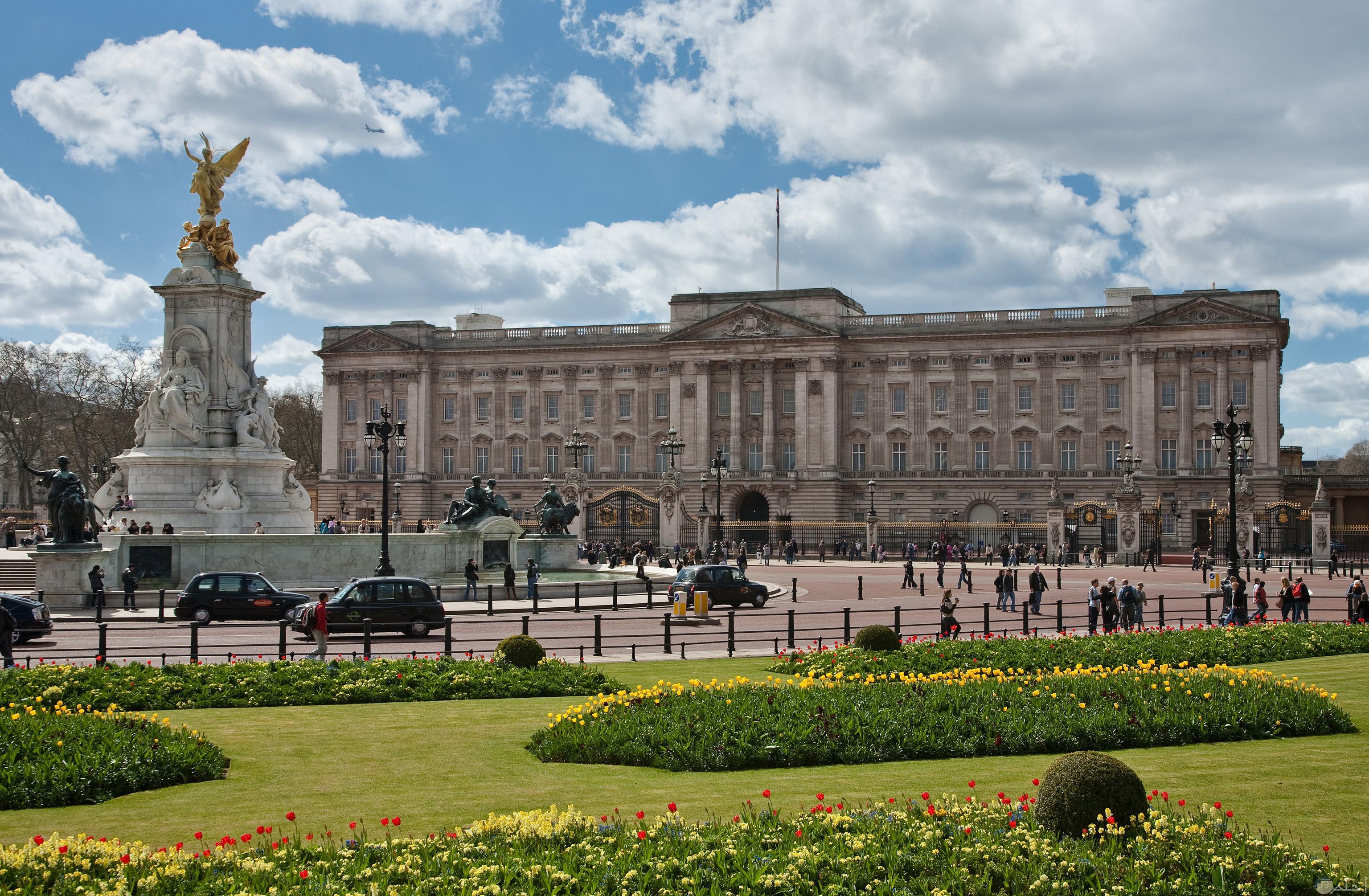 صورة لقصر باكنجهام من المعالم الجميلة التي تتميز بها بريطانيا