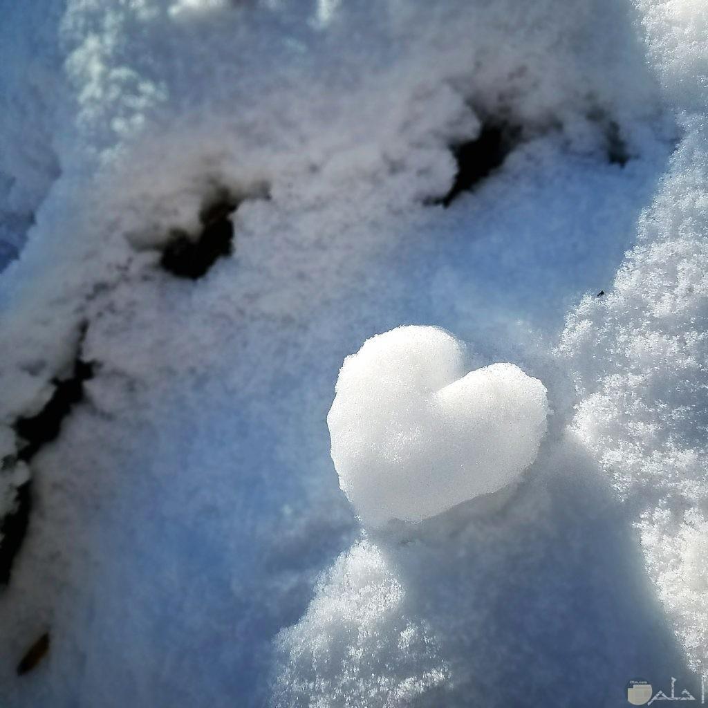 قلب أبيض مصنوع من الثلج