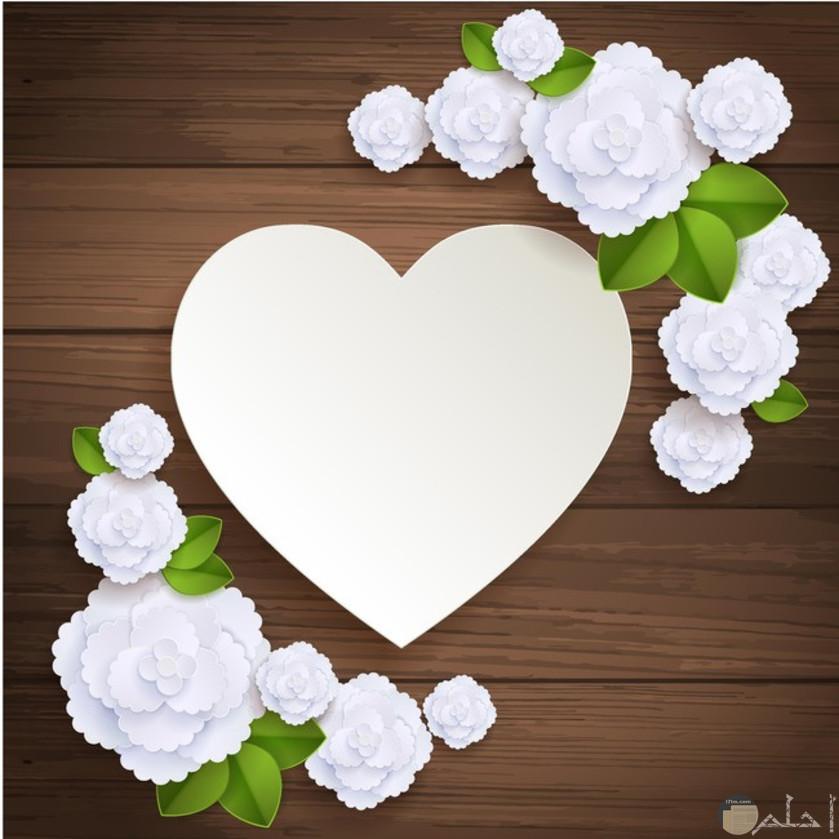 قلب أبيض مع زهور بيضاء