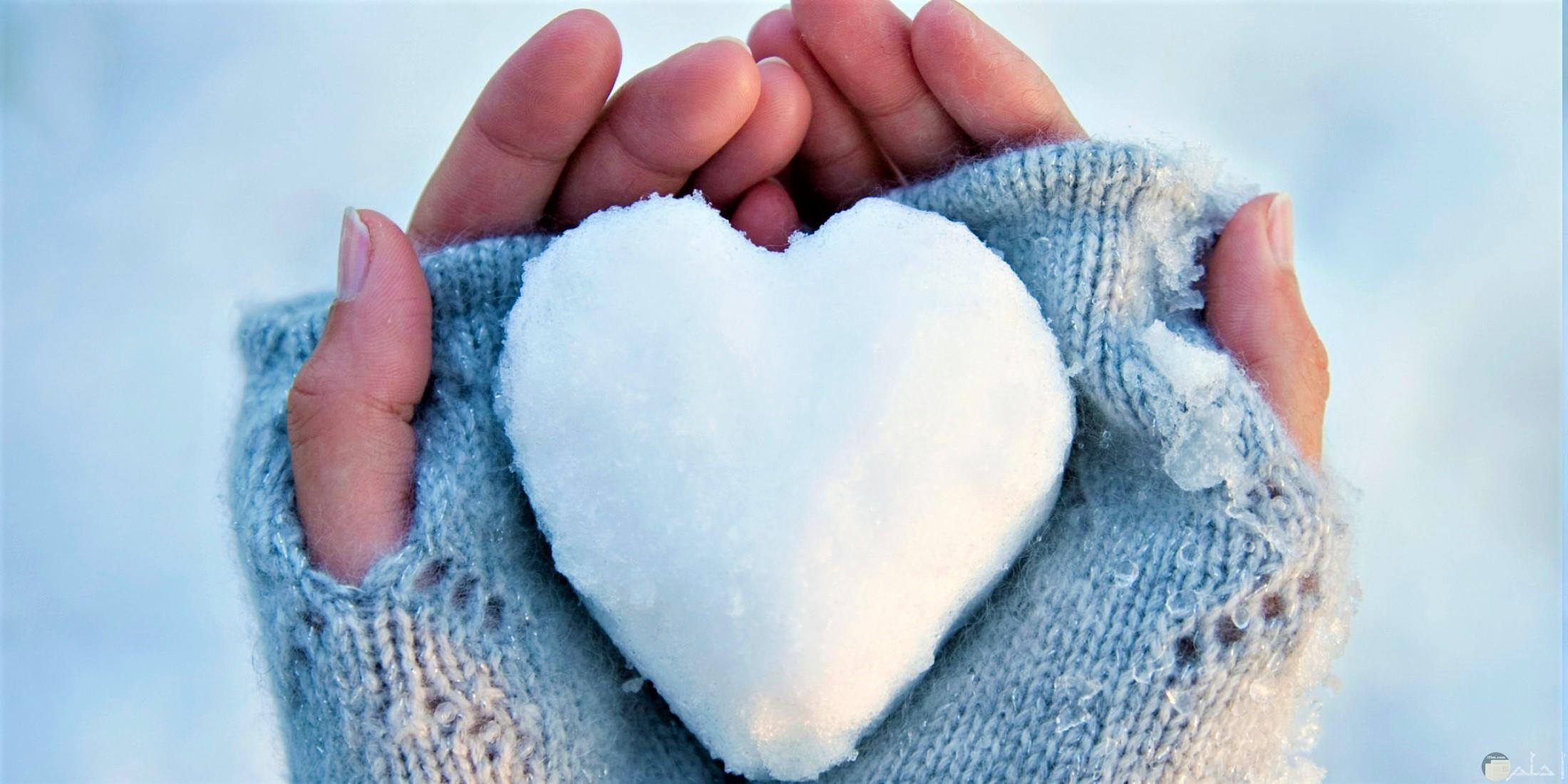 قلب من الثلج يعبر عن دفء المشاعر