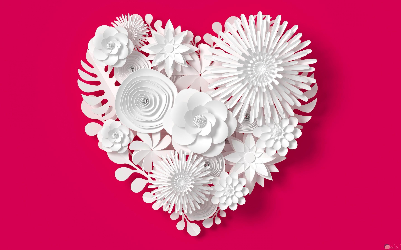 قلب أبيض من الزهور مع خلفية حمراء لإبراز جماله