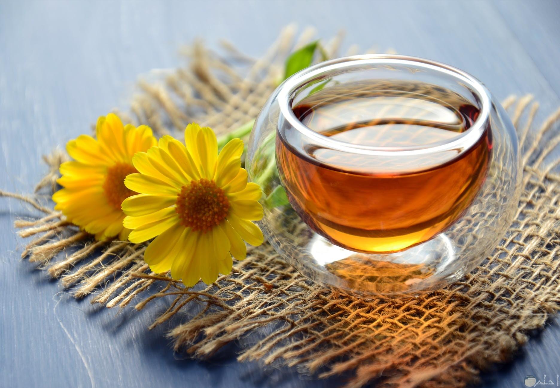 كوب من العسل الابيض الصافي