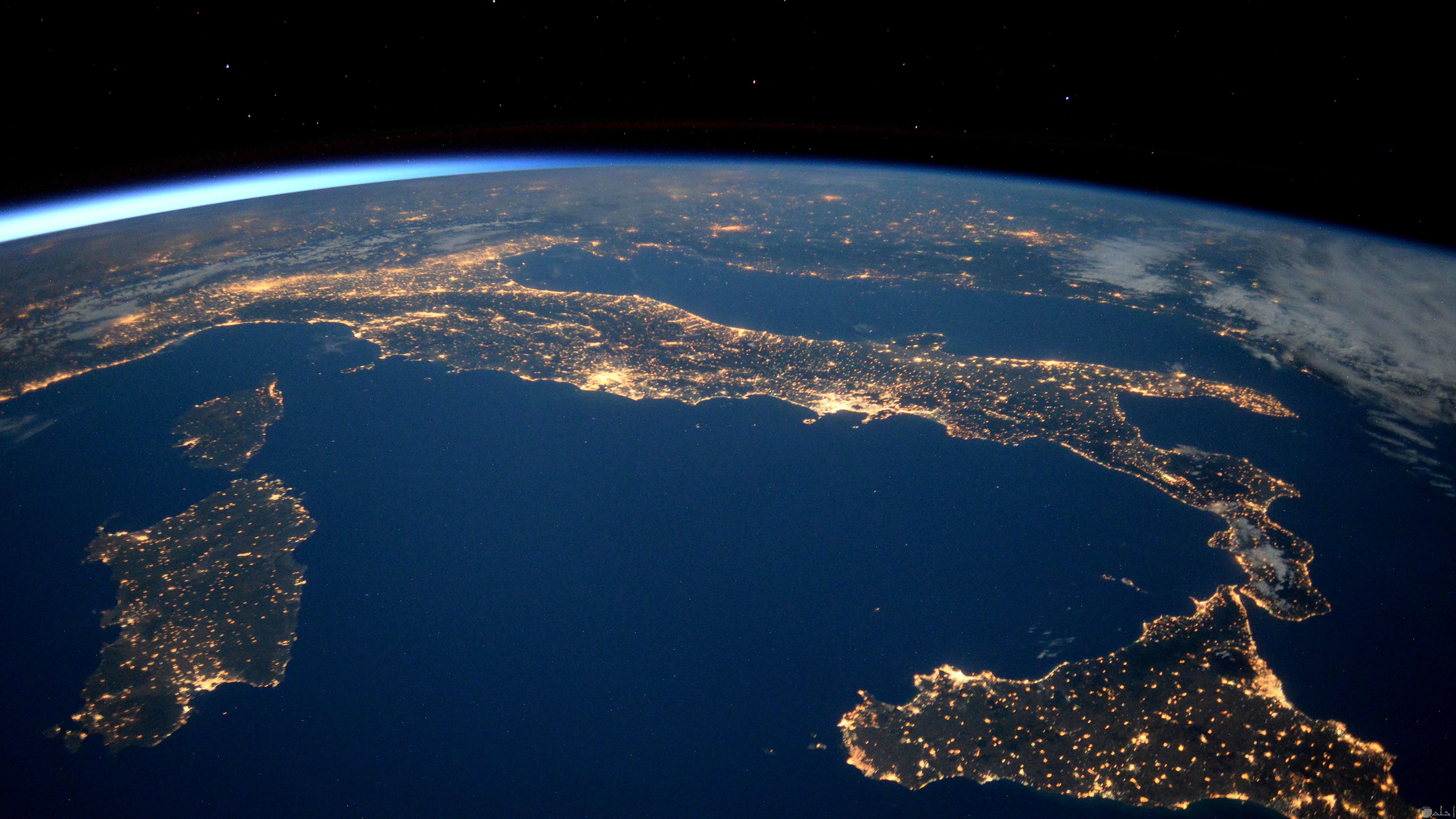 صورة مضيئة لكوكب الارض وظهور المسطحات المائية بشكل جميل