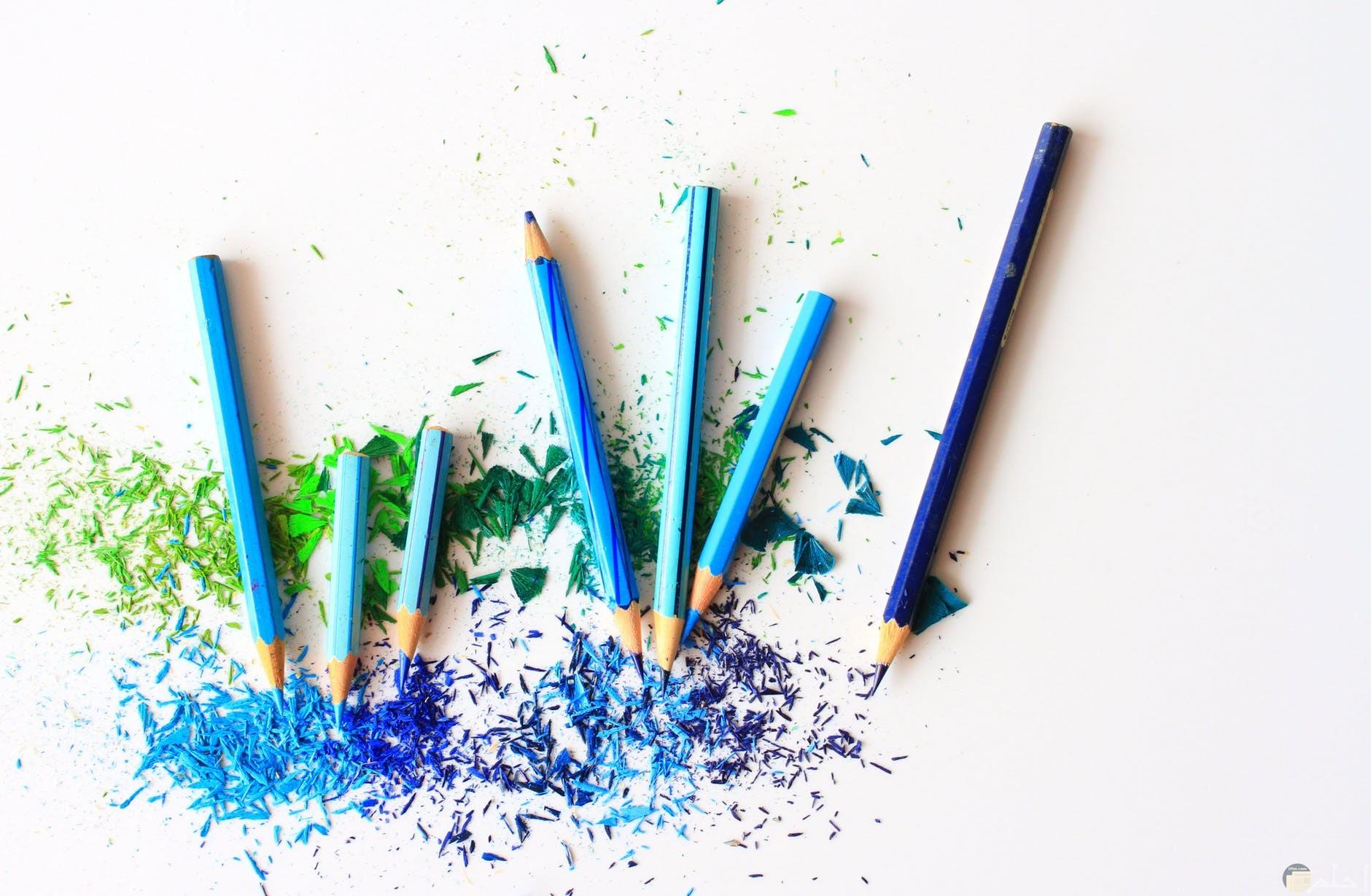 محبي اقلام الالوان الازرق والاخضر