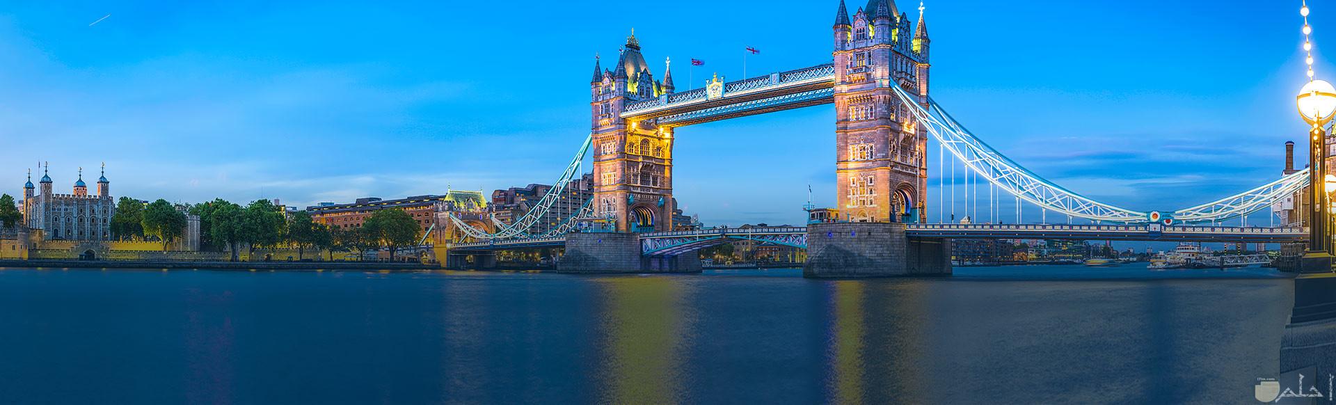 معلم جسر البرج بالمساء وهو من المعالم الأثرية القديمة ببريطانيا