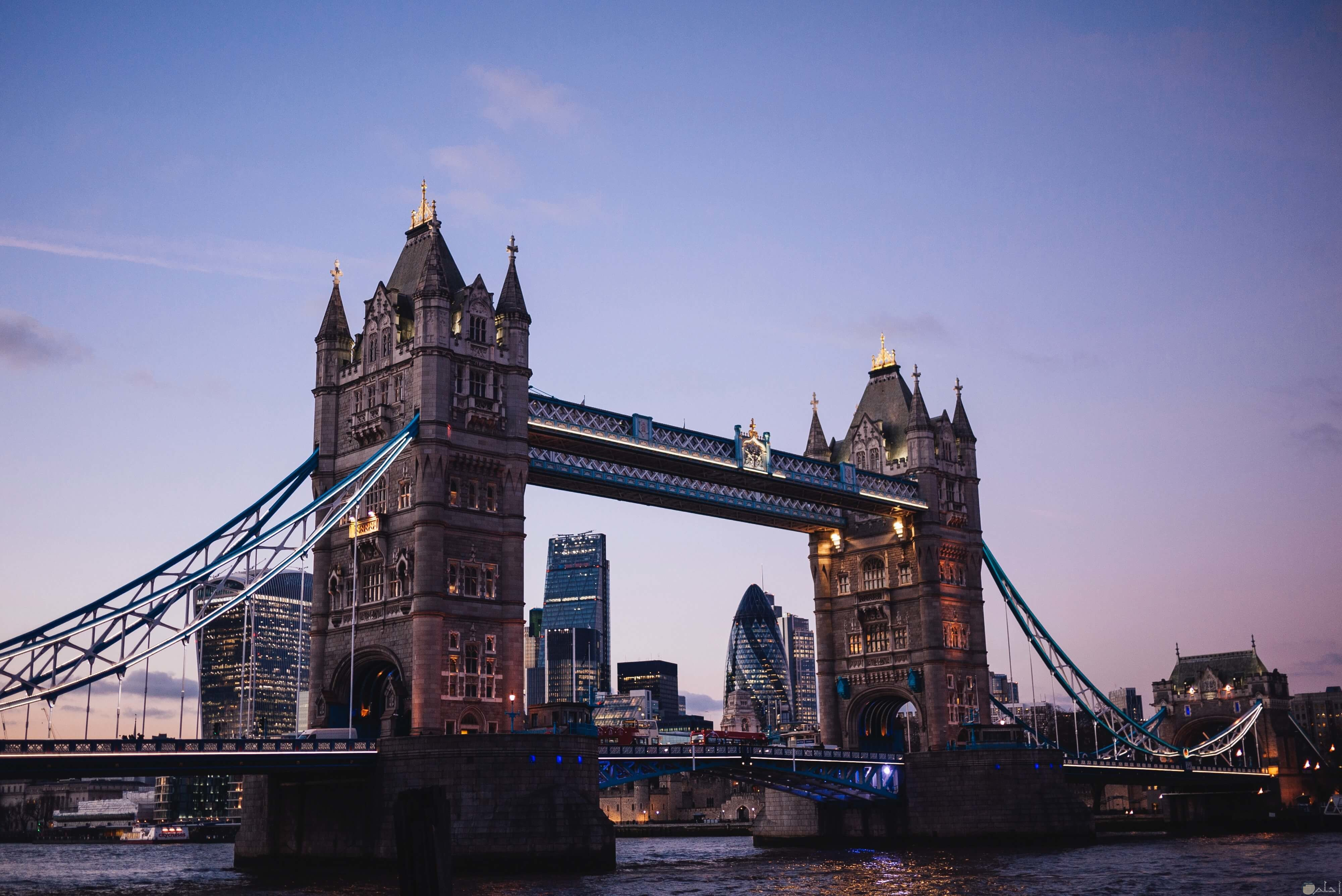 صورة جميلة لمعلم جسر البرج وقت المغرب في بريطانيا