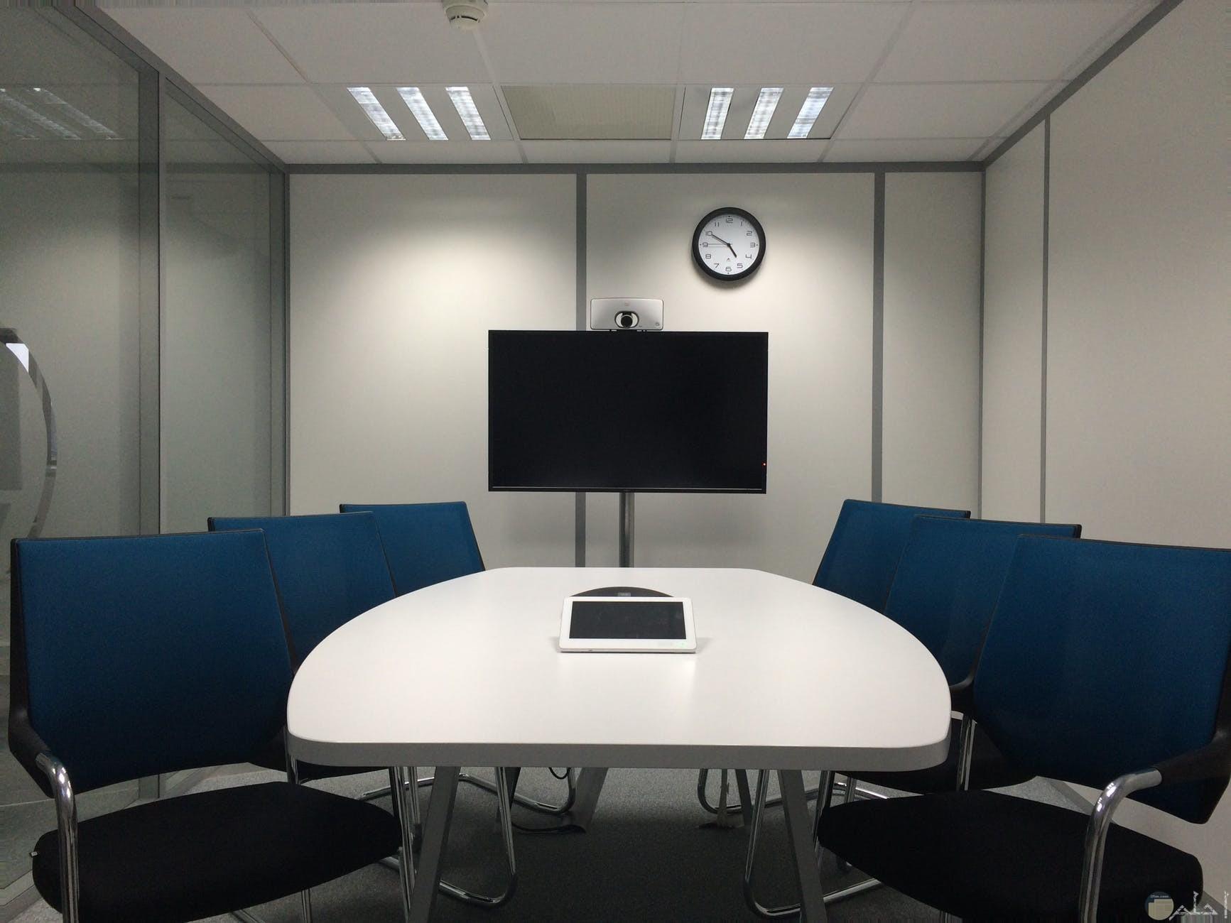 مكتب باللون الازرق