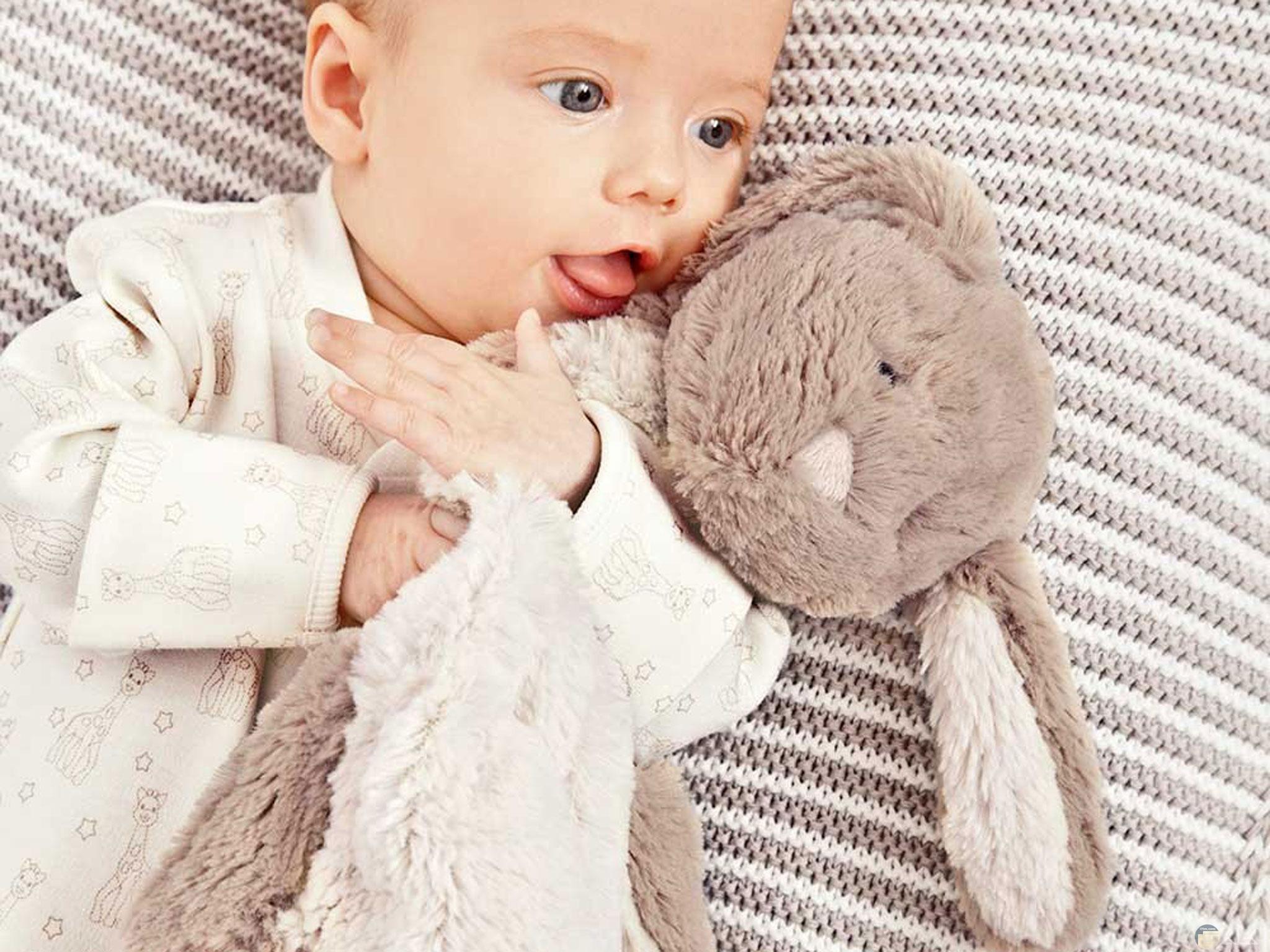 صورة للبس جميل شتوي للأطفال مع دبدوب جميل صغير