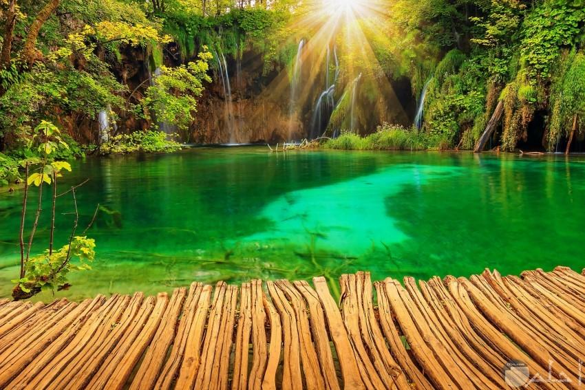 منظر طبيعي لبحيرة الشلال بليتفيتش الموجودة في كرواتيا