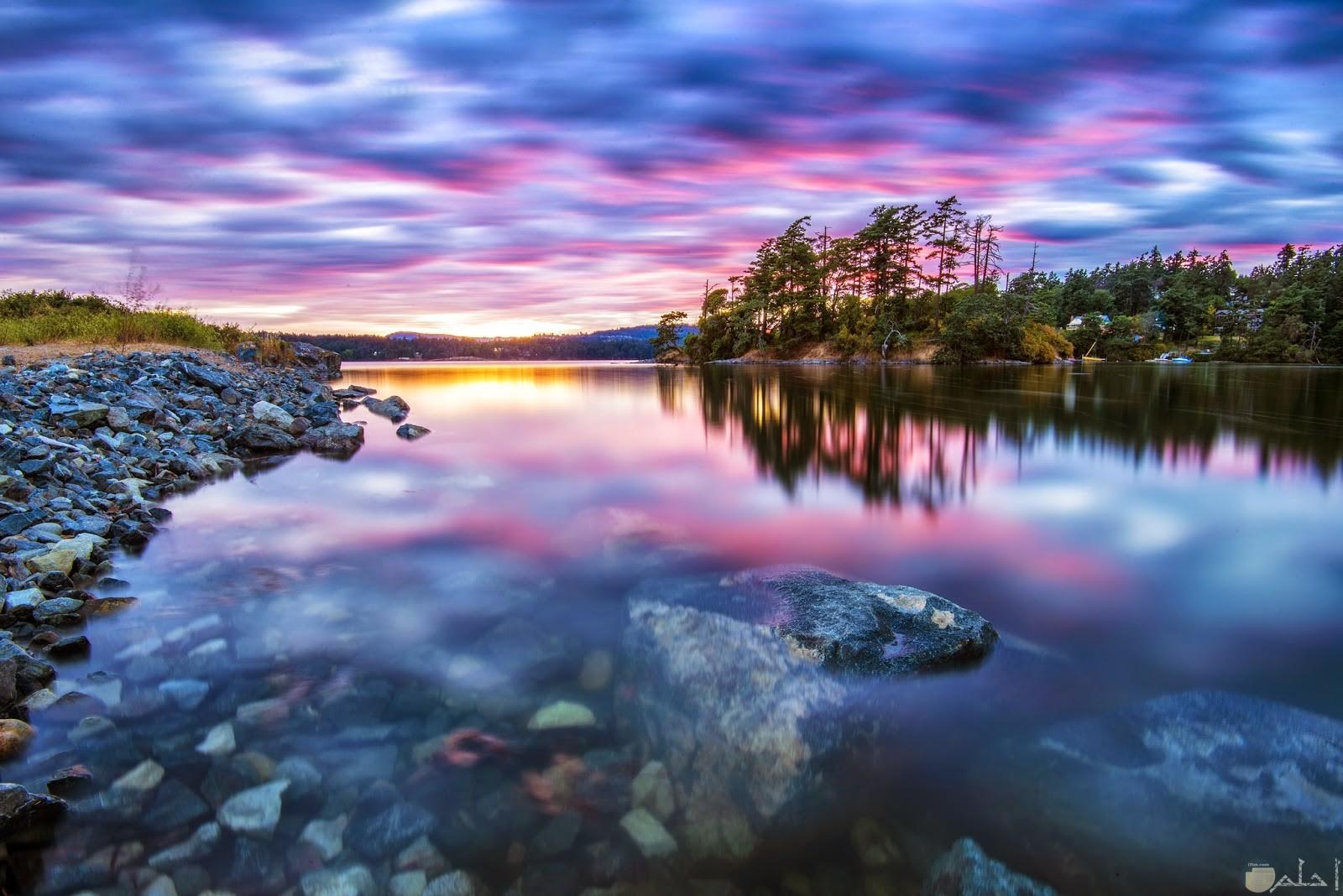 بحيرة جميلة والوان رائعة في السماء