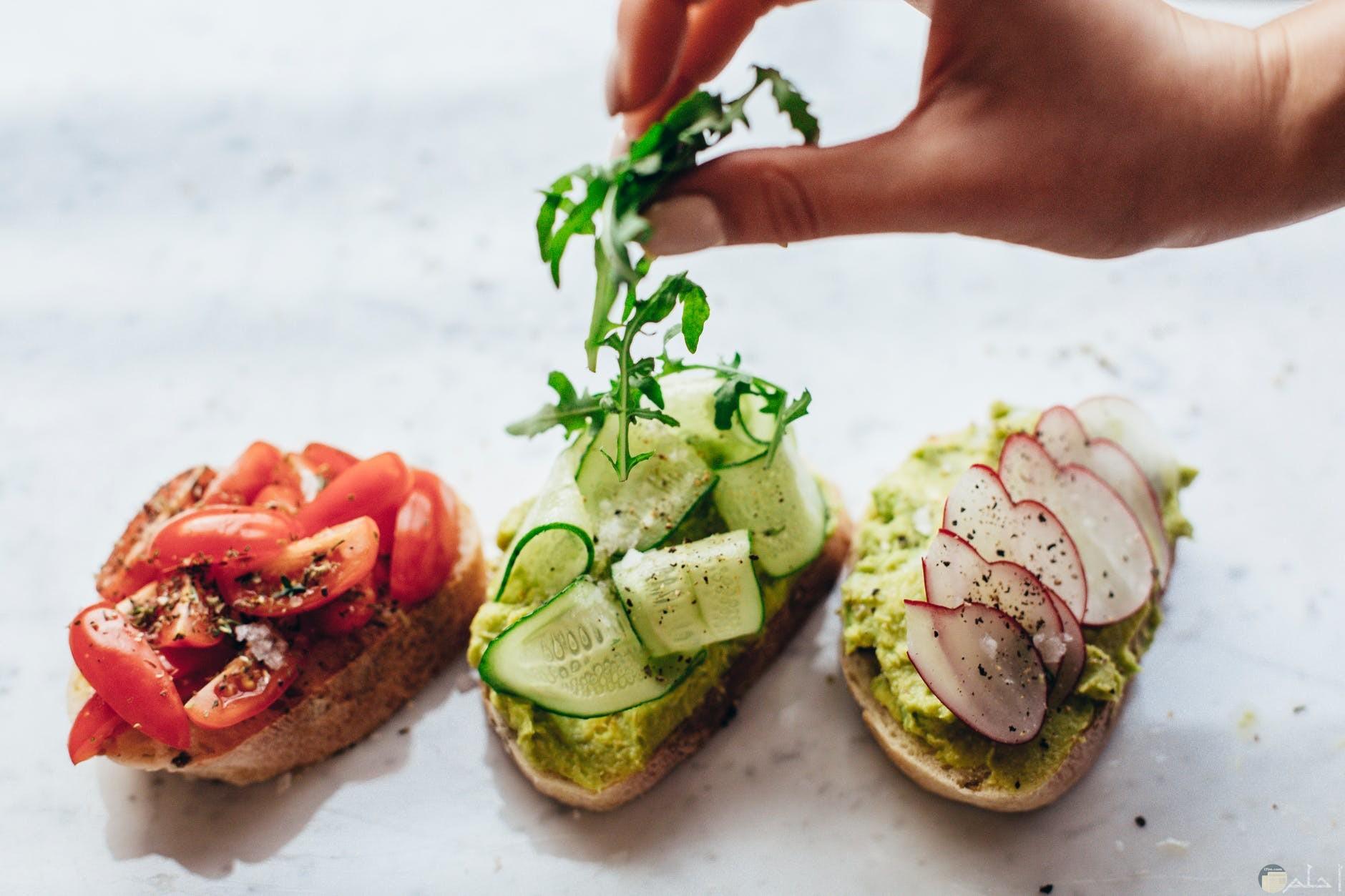 يتناول الانسان الخضروات كطعام بمفردة