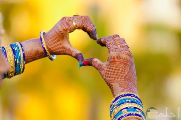 طقم غوايش هندى ترتدية فتاه