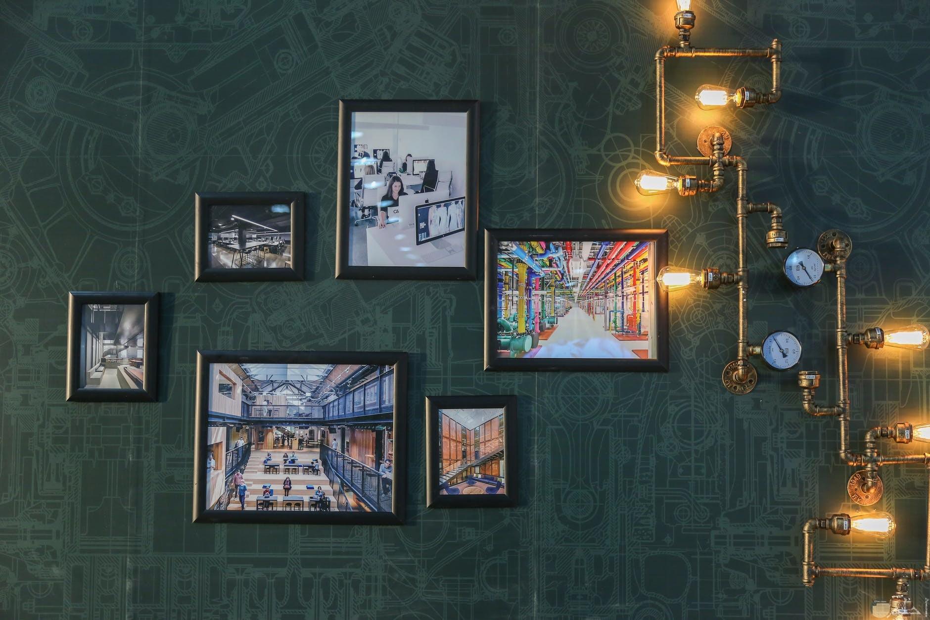 صورة تابلوهات حائط واضاءه رائعة