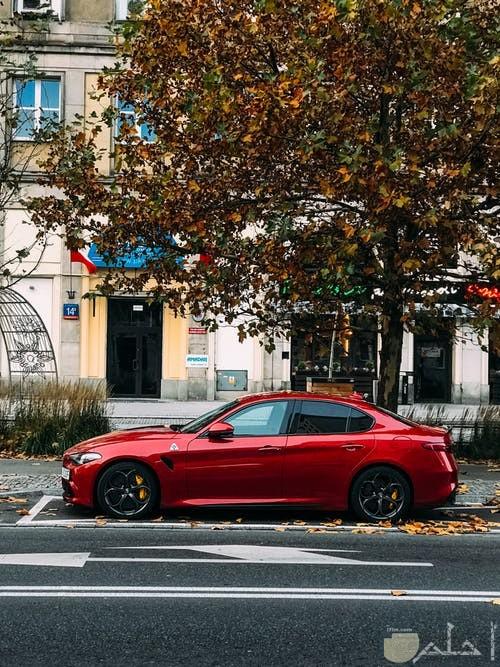 صورة سيارة حمراء سريعة