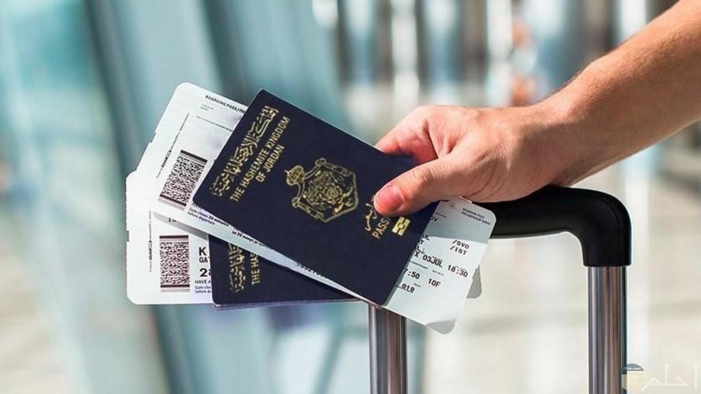 باسبور سفر في مطار