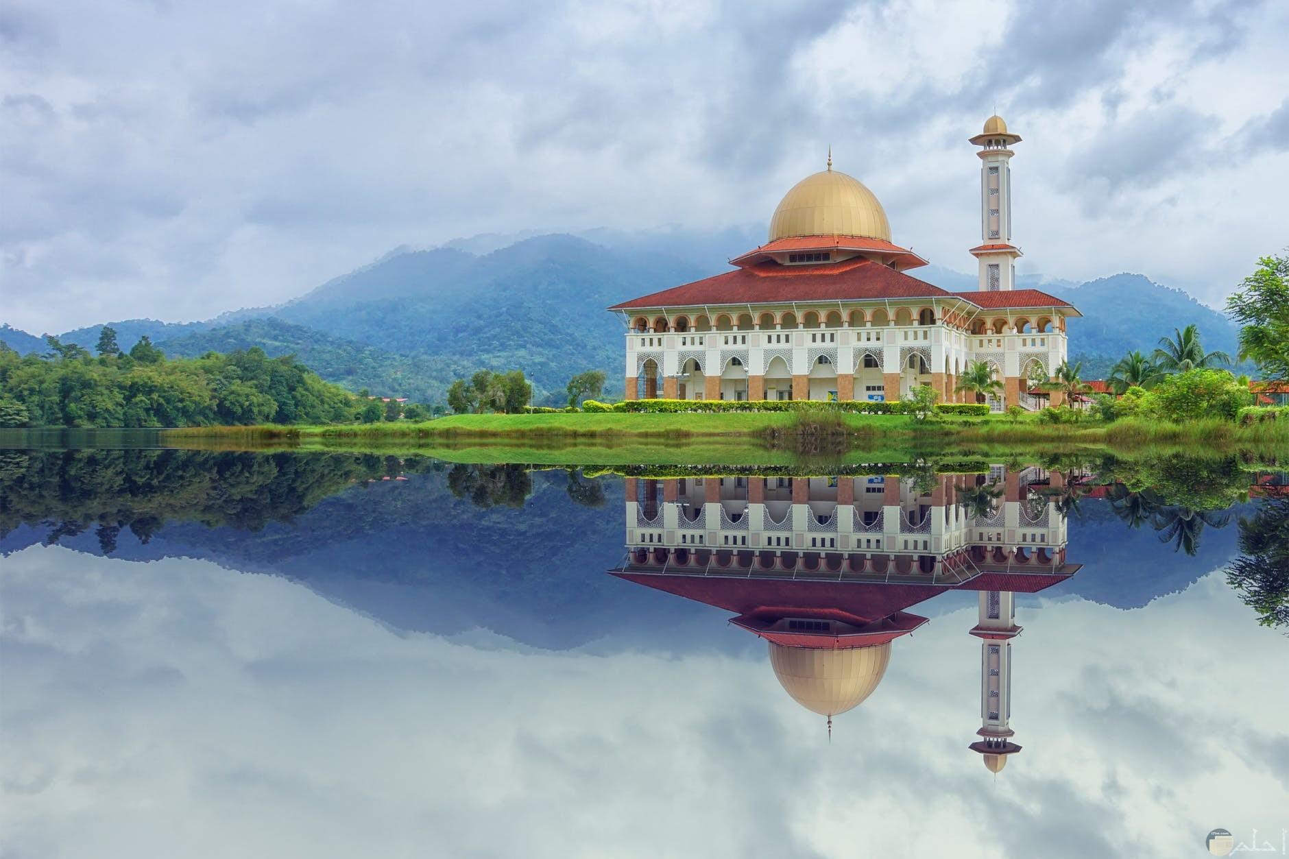 صورة مسجد على النهر