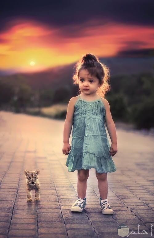 صورة بنت ترتدى فستان رقيق