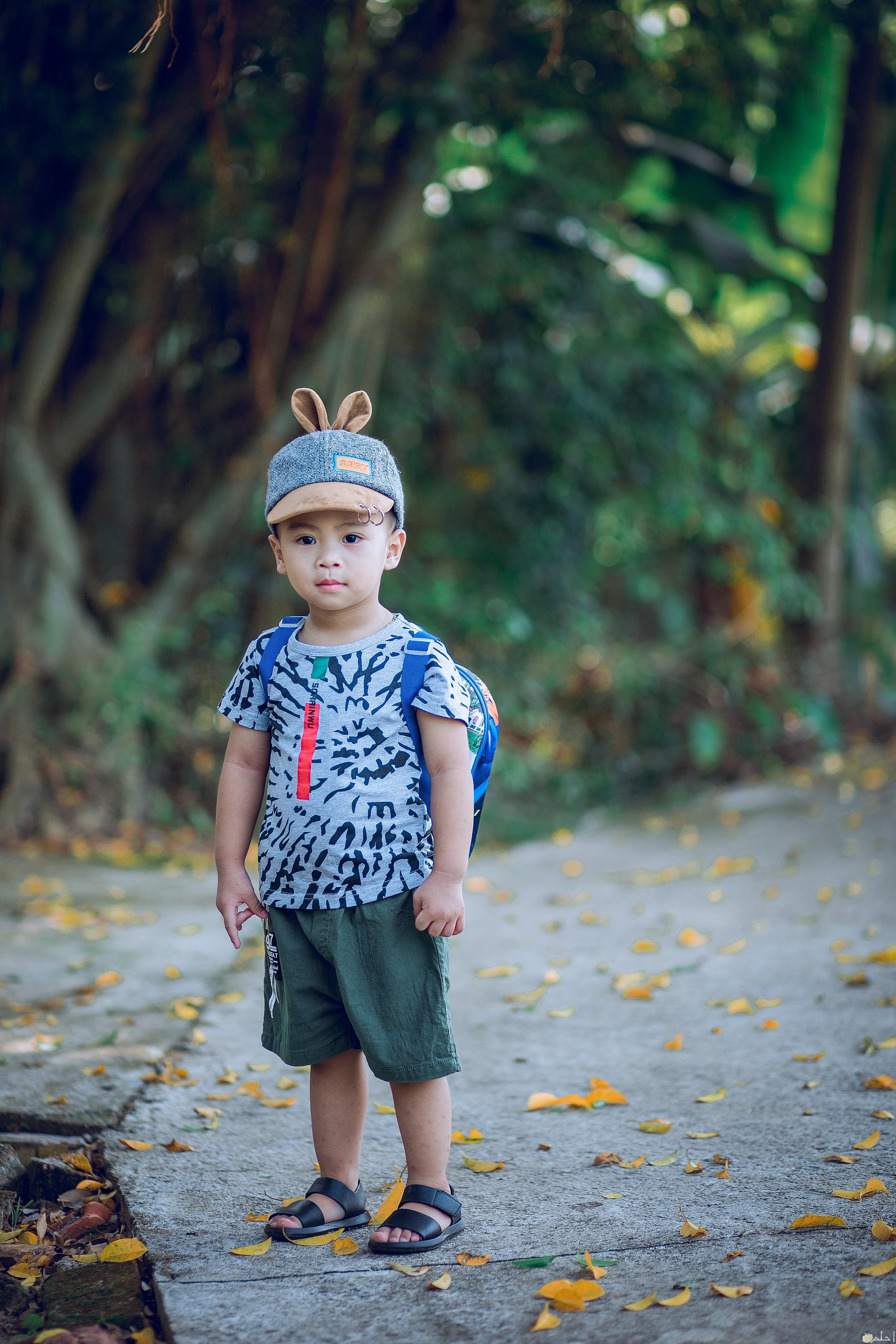 صورة طفل يرتدى ملابس صيفى مناسبة وانيقة