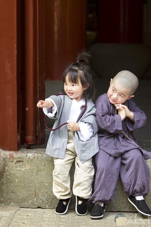 صورة صفل وطفلة يرتدون ملابس بسيطة