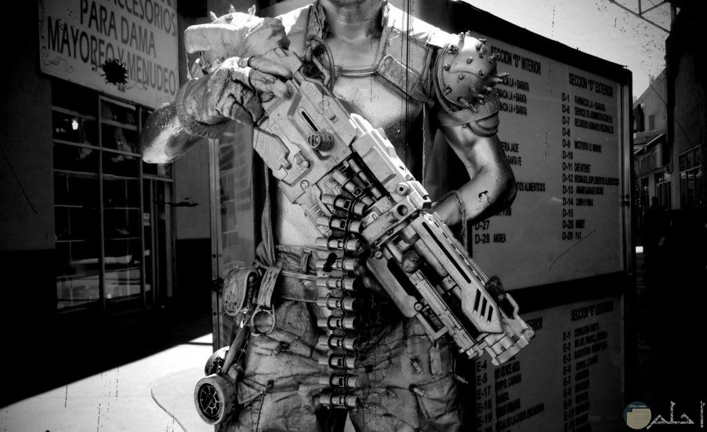 صورة لشخص حديدي ومعه سلاح فتاك