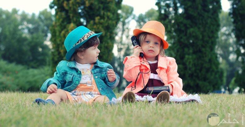 اطفال بملابس جميلة في حديقة